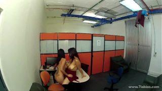 Pornolesbianas follando en la oficina de trabajo